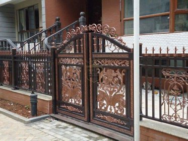 别墅铝艺大门与铁艺大门之间的比较